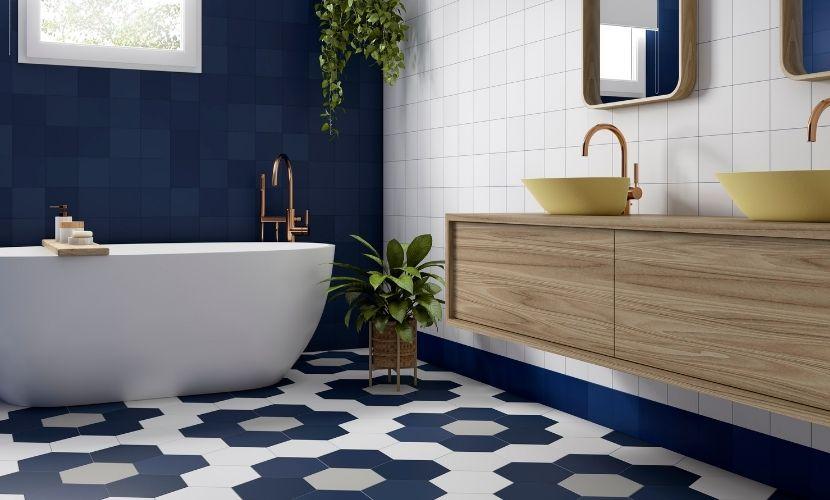Los baños con azulejos azules son tendencia