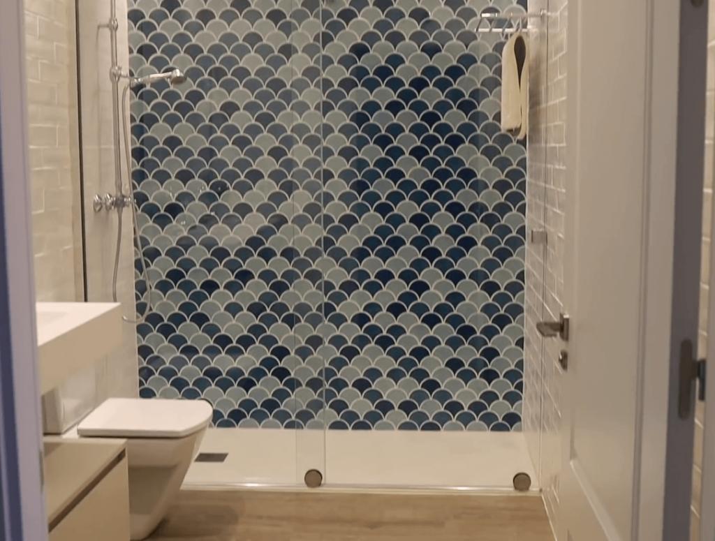 El baño de Verdeliss creado con azulejos azules.