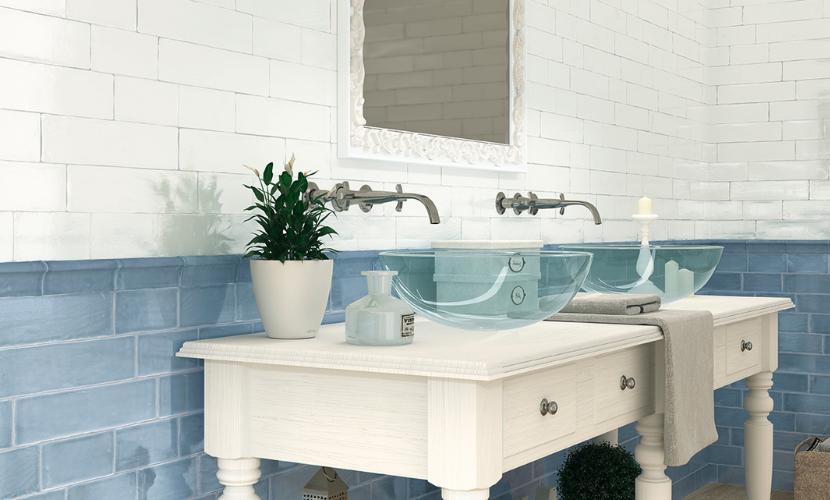 Combinar azulejos azules con colores claros también es tendencia.