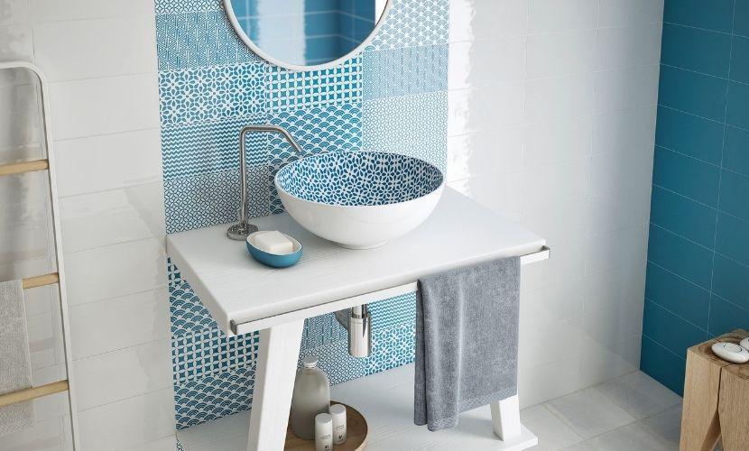 Los mosaicos en tonos azules también pueden utilizarse en el baño.