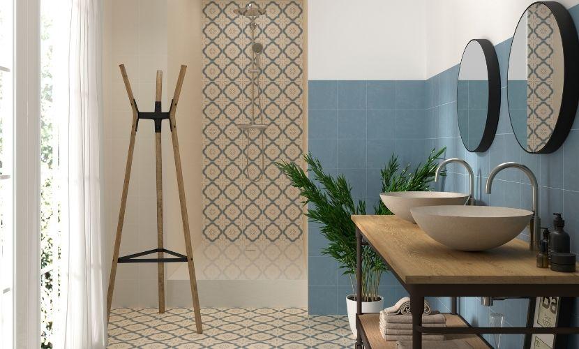 Azulejos en tonos azules para un baño.